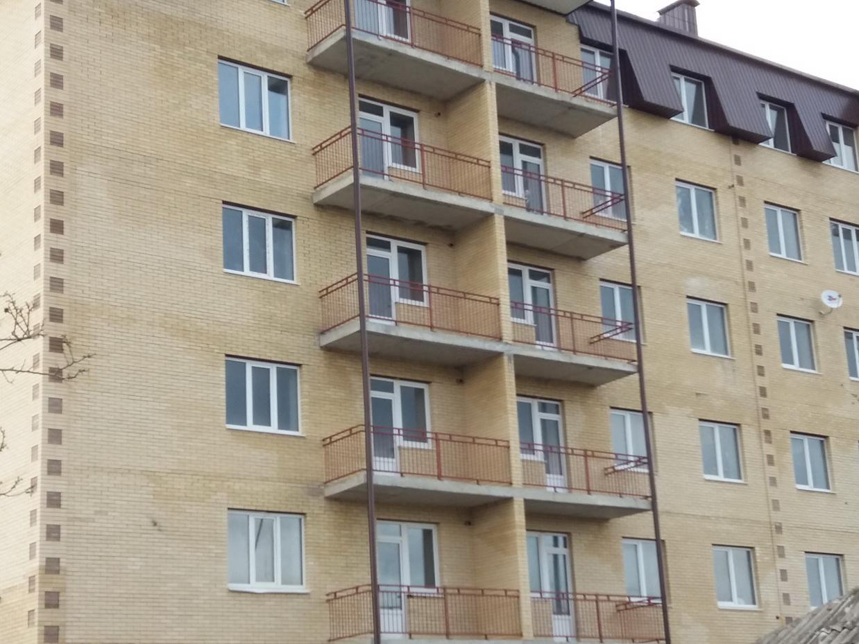 Ессентуки, ул Кольцевая 117,  1-комнатная квартира 35 кв м,  3/6 этажного дома   Состояние после строителей, индивидуальное отопление, металло-пластиковые окна, металлическая дверь, штукатурка, разводка отопления, воды , канализации, счетчики. Развитая инфраструктура: нижний рынок,  5я школа, детский сад, детская площадка, супермаркет магнит, Сбербанк, автобусная остановка.  Дом сдан в эксплуатацию и  заселён,  квартира в собственности.