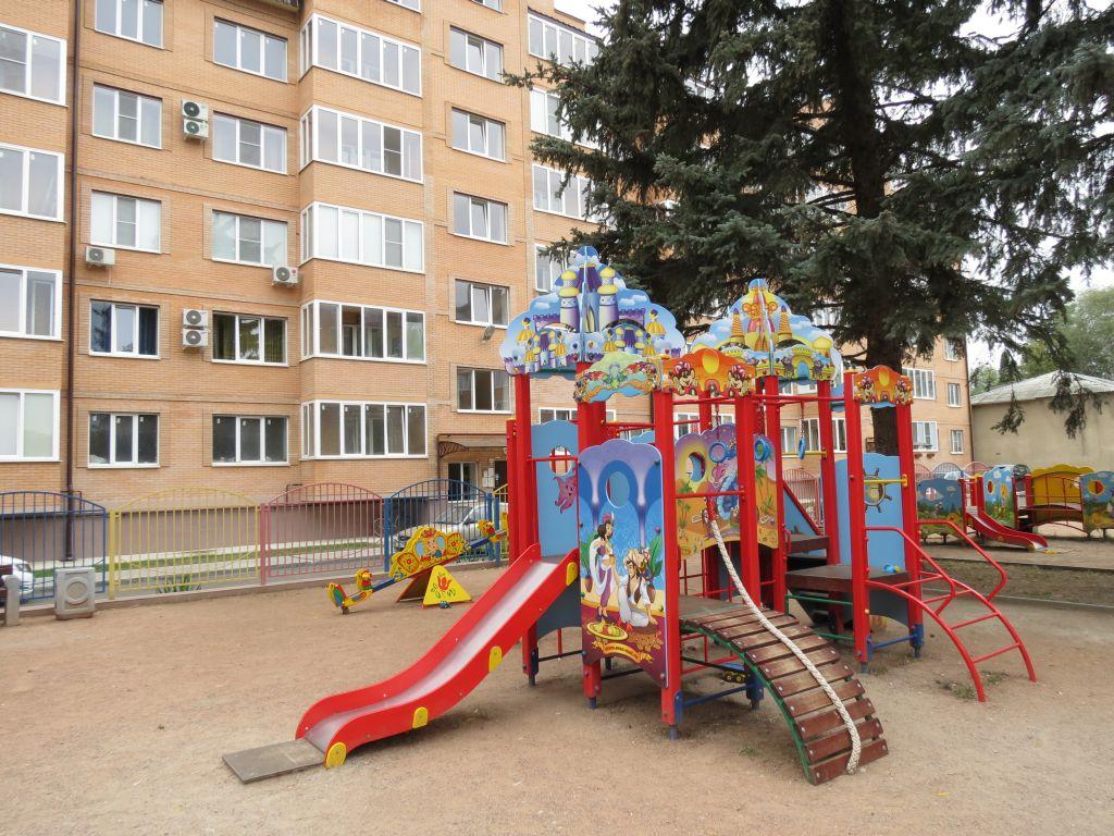 Продается 2-комнатная квартира в Ессентуках район курортного парка, ул. Октябрьская плщаь 31в.  Общая площаь 82 кв. м.